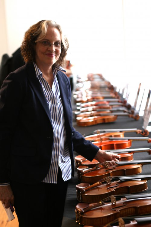 julie-reed-presents-contemporary-violin-makers-exhibition-2013.thumb.jpg.9c688e421a2d84f56e3011ab5c89dd6b.jpg