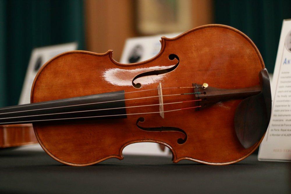 contrmporary-violin-exhibition-203-bassclef-october-18-2019.thumb.JPG.91fbae52d73e194217abd6a9ad85c533.JPG