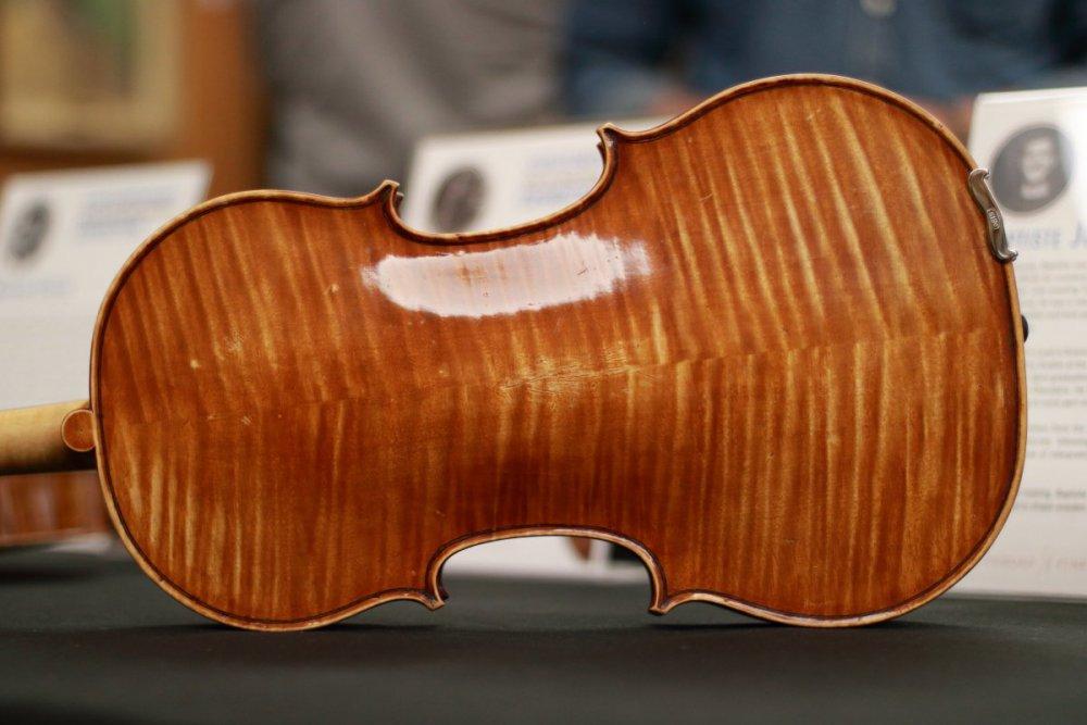 contrmporary-violin-exhibition-213-bassclef-october-18-2019.thumb.JPG.31019228c6f056188eaa6a3168450516.JPG